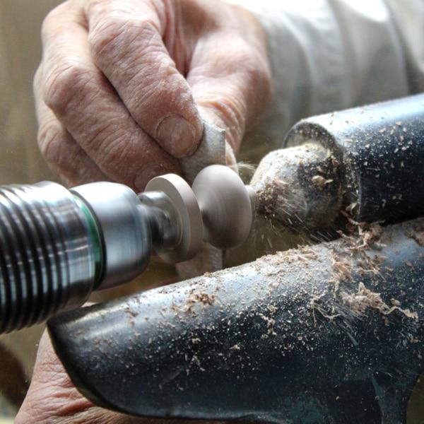 風鈴の木部は職人が丁寧に磨いて仕上げています