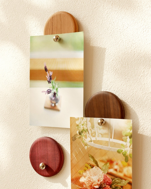お気に入りの写真をアートのように壁面に飾れる木製クリップ
