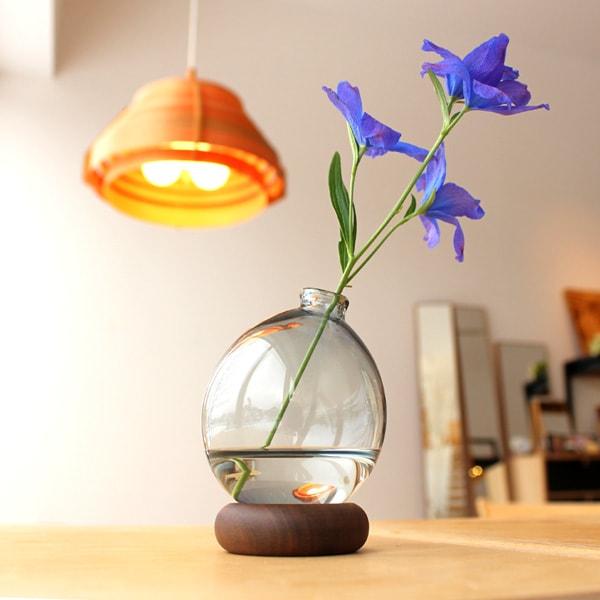 1つとして同じ形のない水風船のようなガラスの一輪挿し