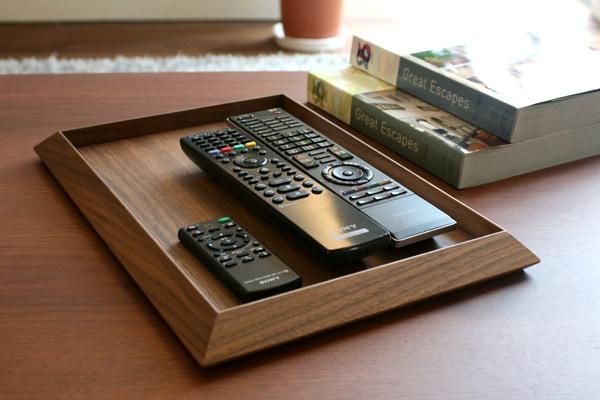 財布や名刺入れ、リモコン等をまとめるのに重宝する美しい木製トレイです。