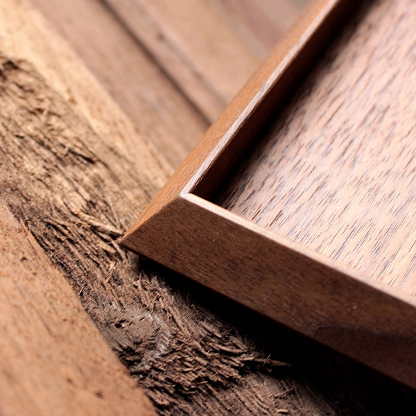 トレイの細部に輝く伝統工芸士の技と知恵。
