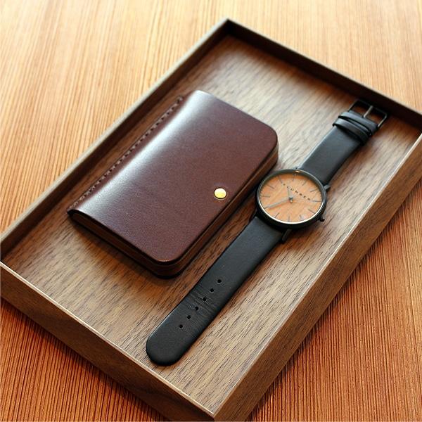 財布や名刺入れ、腕時計等をまとめるのに重宝する美しい木製トレイです。