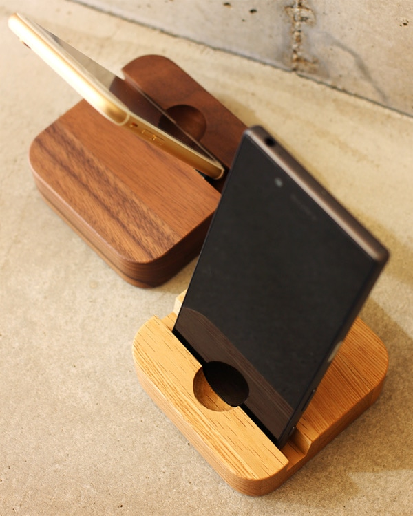 木製のおしゃれなスマホスタンド。タブレット兼用
