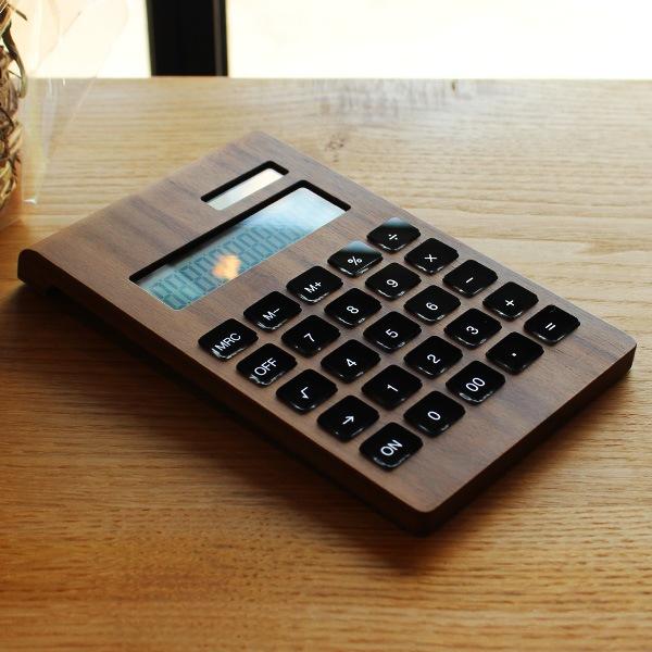 職人が無垢材を削り出して作った高級感漂う木製ソーラー電卓。