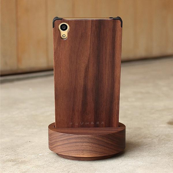 幅75×厚み12mm迄ならケース付きスマートフォンでもご利用戴けます。(写真:ウォールナット)