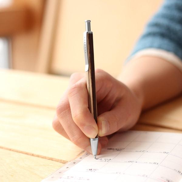 適度な重さと小さなサイズで書き心地も滑らか