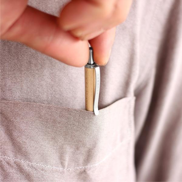 シャツの胸ポケット等に納まる携帯用木製ボールペン