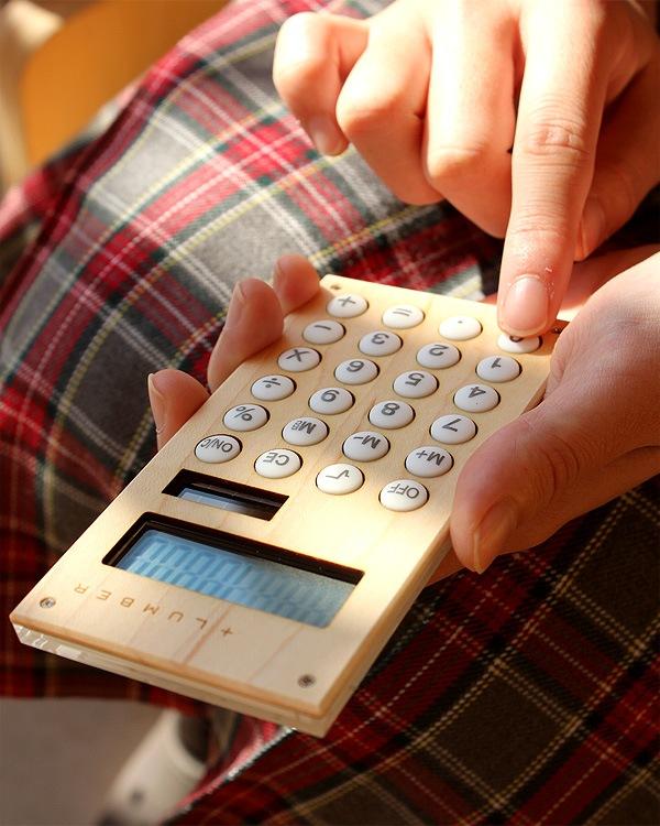 手触りが心地良い、小型の木製ソーラー電卓「SOLAR POWERD CALCULATOR MINI」