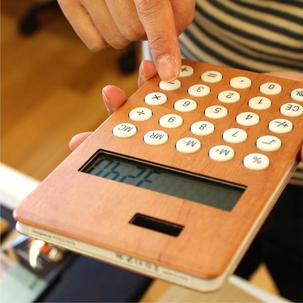 手触りが心地良い、大きい木製ソーラー電卓「SOLAR POWERD CALCULATOR WIDE」