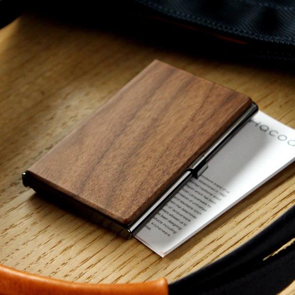 木の風合いがかわいい木製カードケース