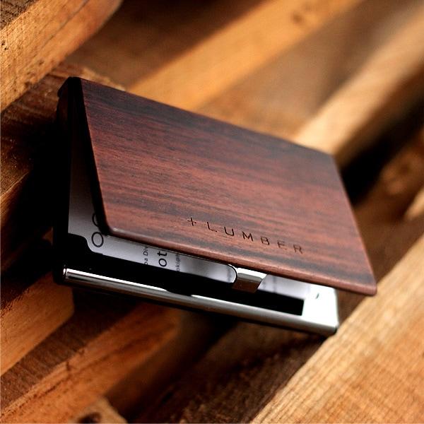 それぞれの素材感が引き立てあう木製名刺入れ。メンズギフトに