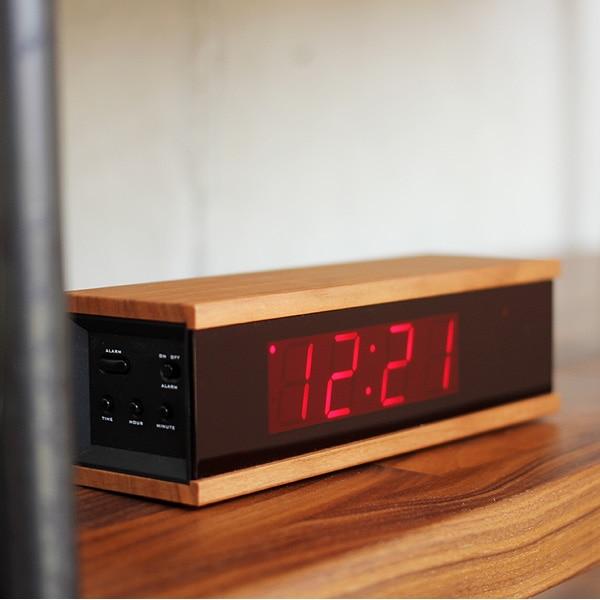 無機質なデジタル時計に木材をプラスしたインテリアに溶け込むおしゃれなデザイン。