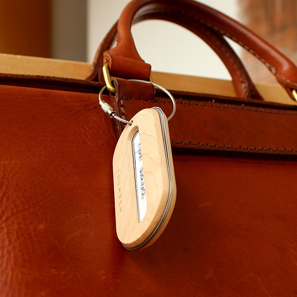 キャリーバッグ・スーツケースだけではなく、ビジネスケースや普段使いのバッグに取り付けてもおしゃれな木製ネームタグです。