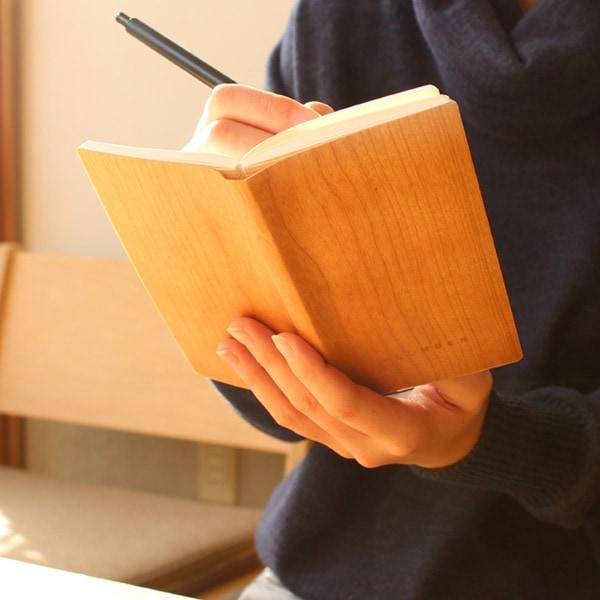 表紙を天然木で覆った木のメモ帳