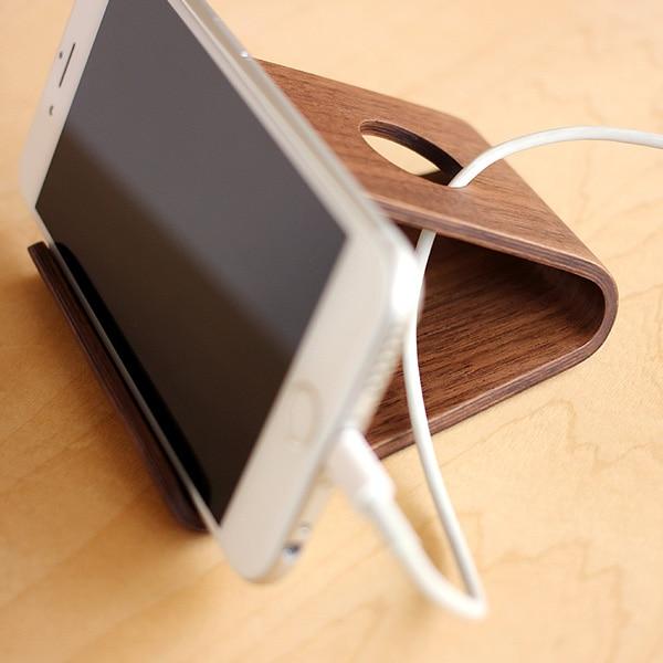 充電ケーブル類もすっきりまとめておける木製スマートフォンスタンド