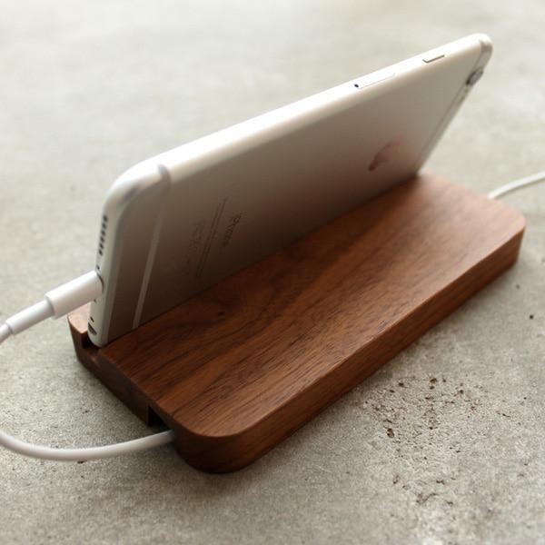 アイフォン6プラスに対応した木製スマホスタンド・ドック