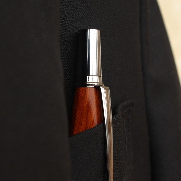 小ぶりなサイズなのでシャツの胸ポケット等にも納まりよく、木の質感がおしゃれ。