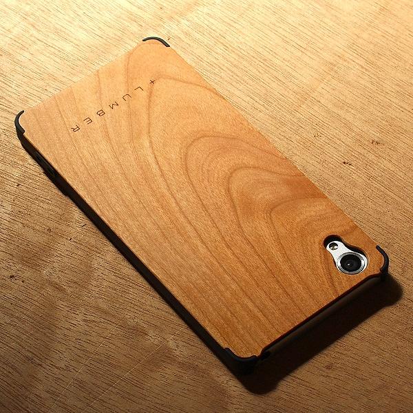 丈夫なハードケースがしっかりとスマートフォンを守り、天然木の質感が手に安らぎを与えてくれます