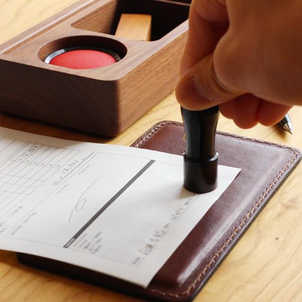蓋がそのまま捺印マットになる木製印鑑ケース