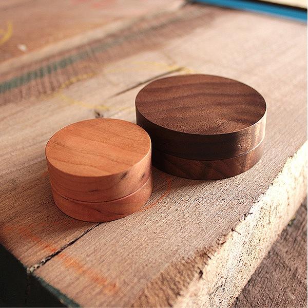 高級木材のチェリー・ウォールナットを木地職人が丁寧に削り出して制作。