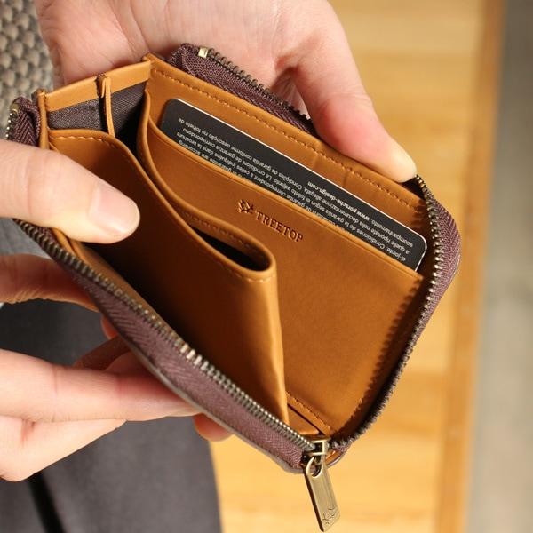 カードのほかにも折りたたんだお札や小物も収納可能なコインケース。