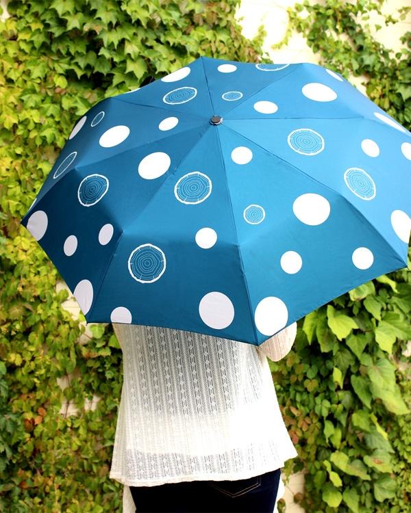 ドットの様な木の年輪が描かれた折りたたみ傘「Stump Umbrella」