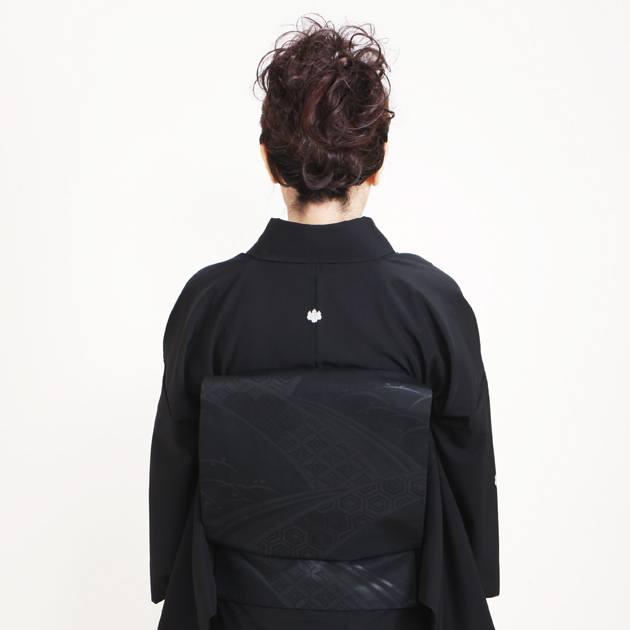 喪服 袷 高級正絹 半身後ろ姿の写真
