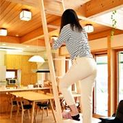 木製ロフトはしご北欧ラダー(北欧パイン)の昇降風景