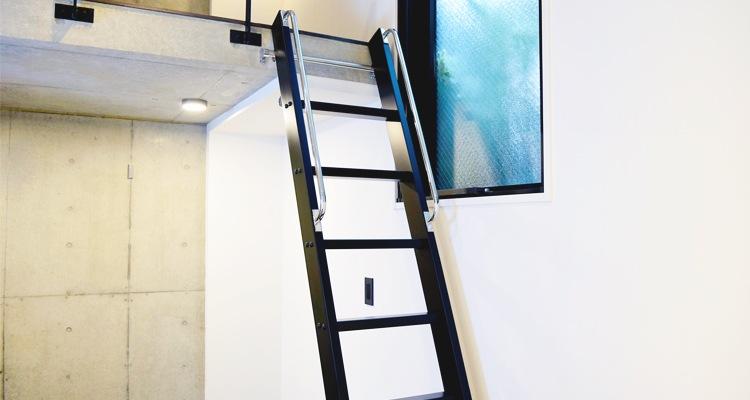 木製ロフトはしごカスタムラダーの黒塗装実例