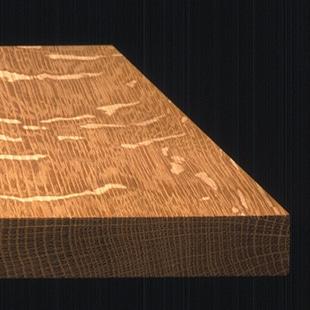 ウイスキー樽に使われるオーク材は、丈夫で長持ちであることに加えて、重厚な質感を備えているのが特長。さらには柾目板のみを贅沢に使っているため、「トラフ」と呼ばれる絞様が現れ、これがマグロでいうと「極上のトロ」だけを使って作られた、高級材の証しとしていっそう価値を高めているのです。