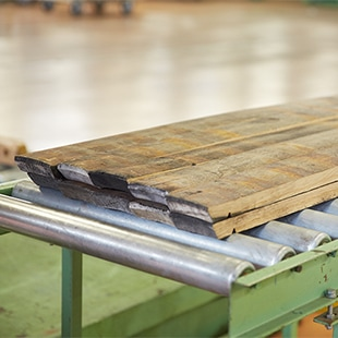 樽材には、長い熟成期間中にできたウイスキーの染み跡が残ることがあります。また、樽の外側を鉄の帯で固定するため、その釘跡が残っているものも珍しくありません。