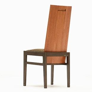 ダイニングチェアの背もたれ部分は、平らな板を3枚組み合わせて角度を付けるなど、座り心地を良くするアイデアが随所に凝らされています。