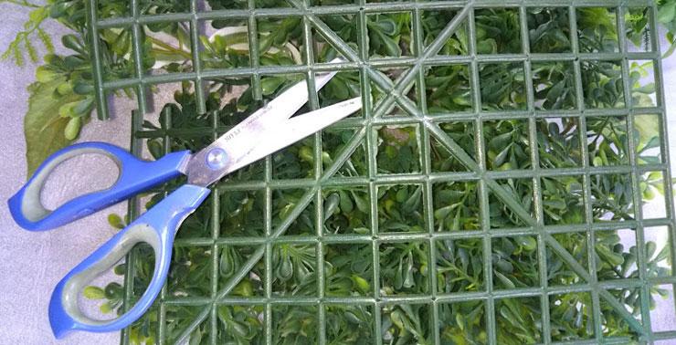 人工観葉植物のマットはハサミでカットできます。