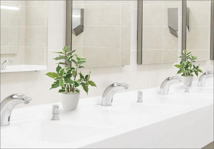 フェイクグリーンを飾って清潔そうな洗面所
