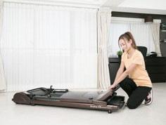 ベッドの下などの狭い隙間にも収納可能