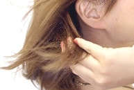 なびく髪先につける