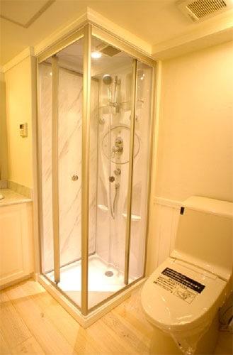 シンプルで洗練されたガラスのシャワーブース