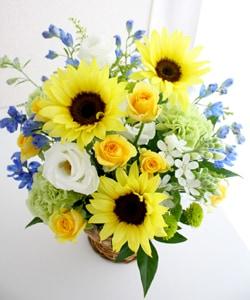 ひまわりと青い花のアレンジメント