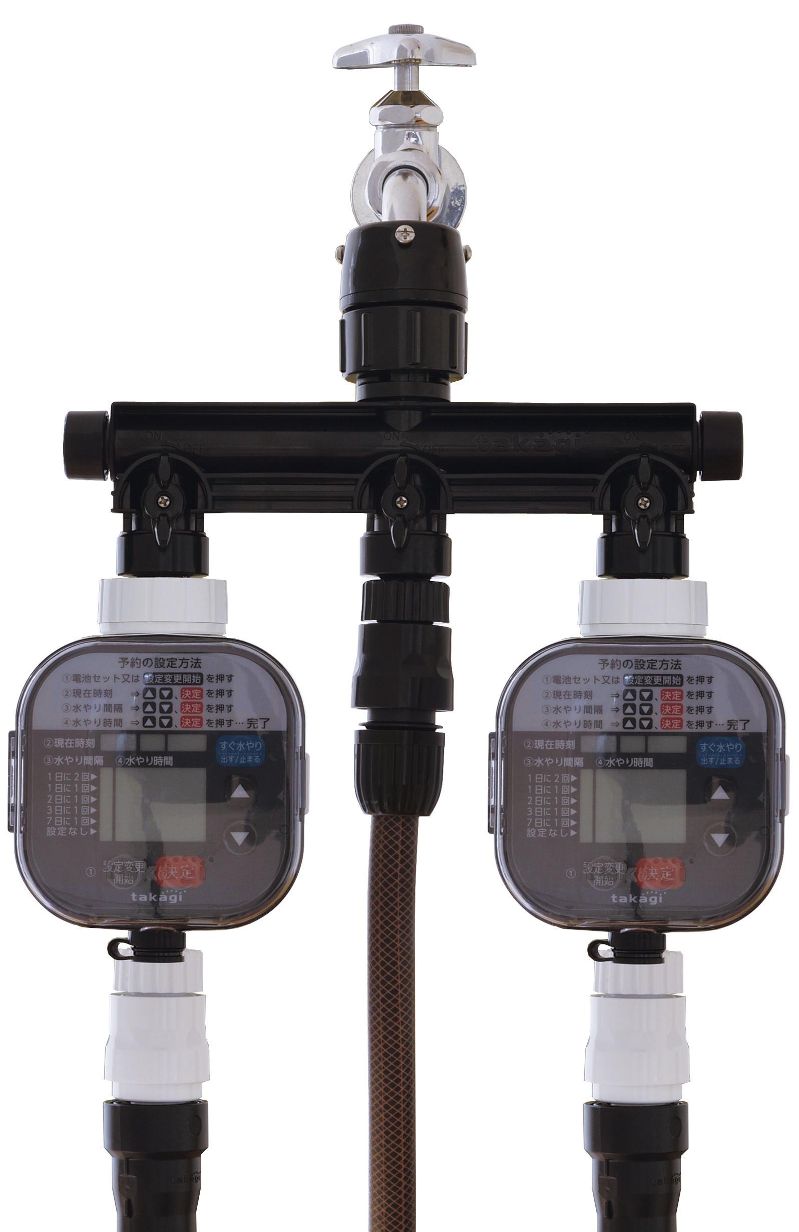 自動で水やりができるタイマー2台とホースリール「ガーデンリール」(ブラウン・茶色)をつないだ3分岐蛇口ニップル(ブラック・黒)