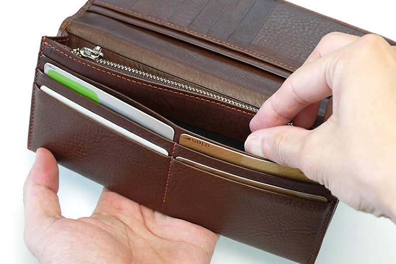 カードを4枚納めるカード段とポケット