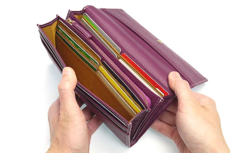 合計16枚が入る豊富なカード段