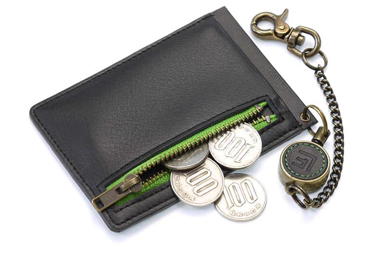 小銭や切符が入るファスナーポケット