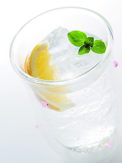 冷たいお水にレモンとミントを添えて