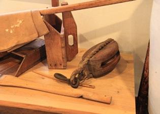 歴史のある木製の酒造り器具
