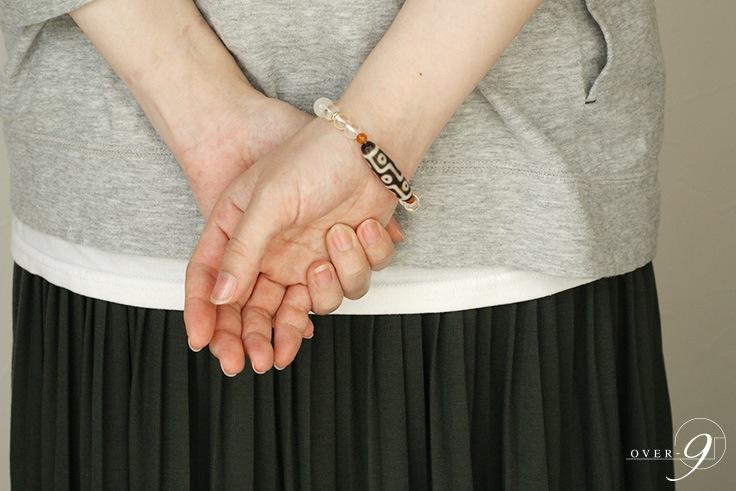 ブルームーンストーン「月」は女性性の象徴。出会い・恋愛成就・結婚・幸せな家庭など、愛する人と持ち主を結びつけてくれるでしょう。アンバー心身共に不調な状態の時、それを軽減してくれ、生きる為の意欲を与えてくれるでしょう。長寿のお守りにも!