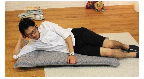 ゴロ寝も快適 ゆったりフロアチェア