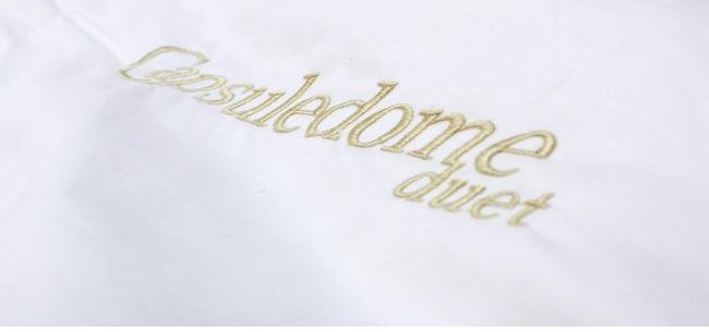 カプセルドームデュエットの刺繍がほどこされています