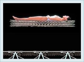 コイルによる浮き沈みを表す女性