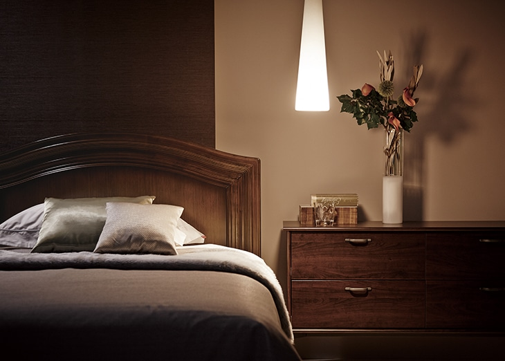 静かな部屋とベッド