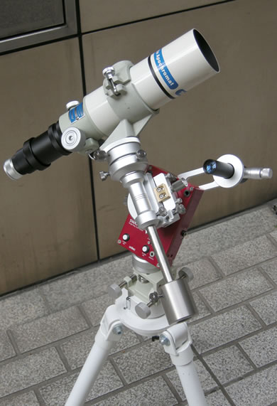 SWAT-200本体と各種専用アクセサリーの組合せ使用例。アリミゾキャッチャー(ローレットネジタイプ)、ドイツ式赤緯ユニット、SWAT-200用極軸望遠鏡(※現在販売休止中)、粗動回転ユニットとの組合せ。